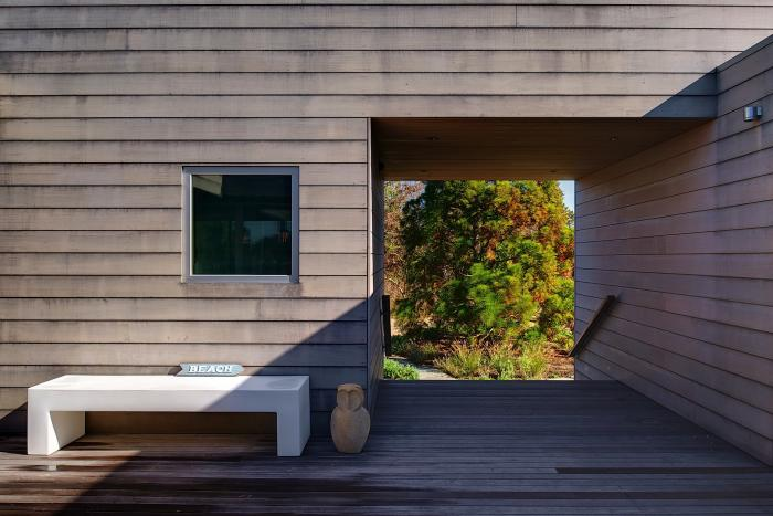 The courtyard of a Stelle Architects build in Amagansett, NY