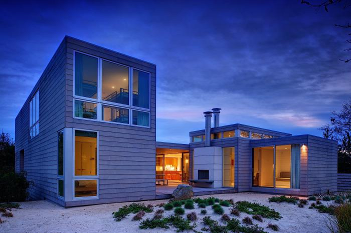 An exterior view of an Amagansett home by Stelle Architects